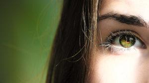 grüner Hintergrund, starke Frau, Auge, Nahaufnahme
